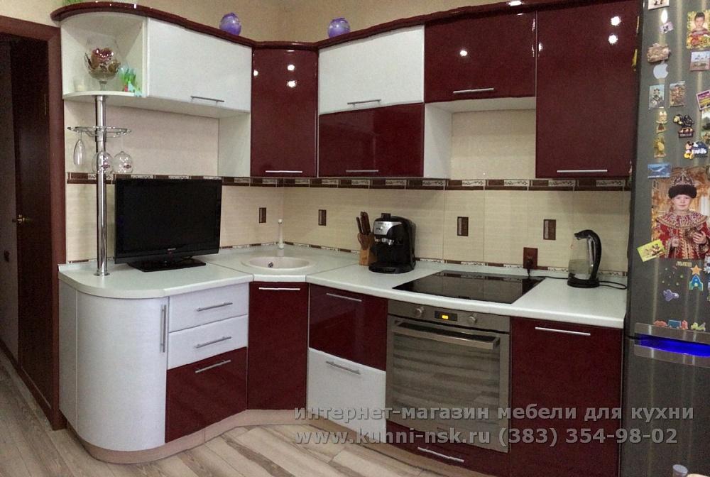 бордово-белый кухонный гарнитур в кухне 9м2