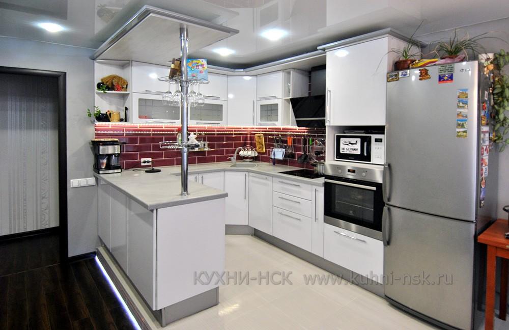 белый угловой кухонный гарнитур на заказ с барной стойкой в