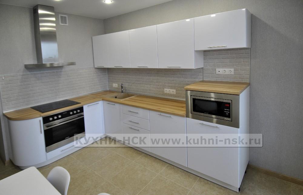 белая глянцевая кухня хай тек с деревянной столешницей вяз 1870х2900 мм
