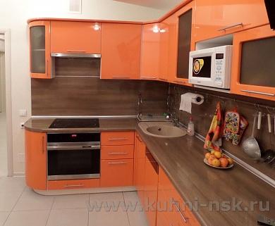 Кухня оранжевая с коричневым фото